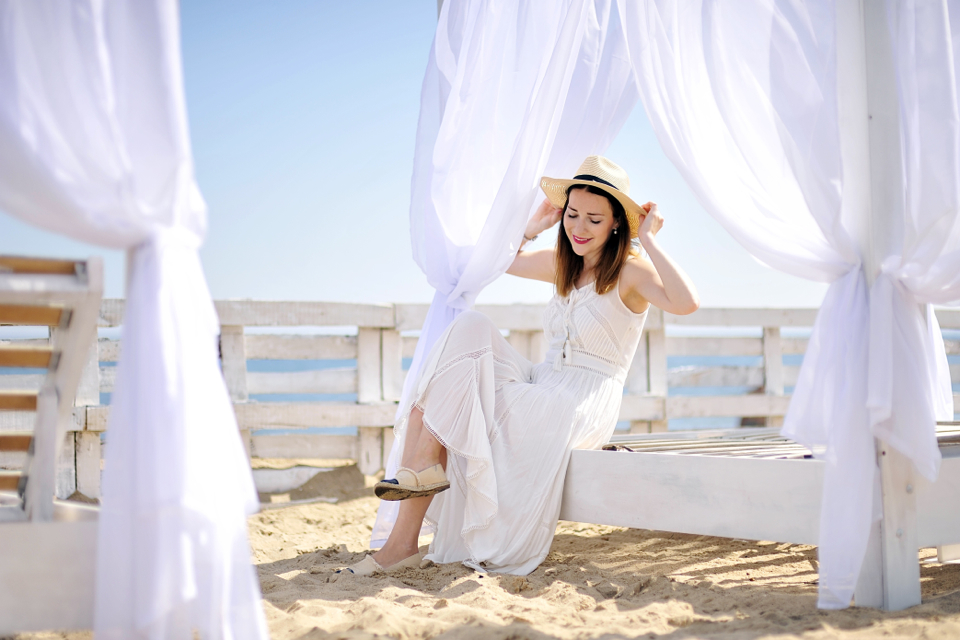 biała-sukienka-stylizacja
