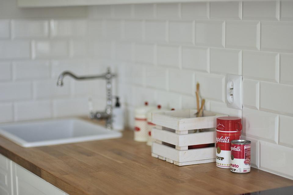 kuchnia-z-białymi-kafelkami-metro-i-z-drewnianym-blatem