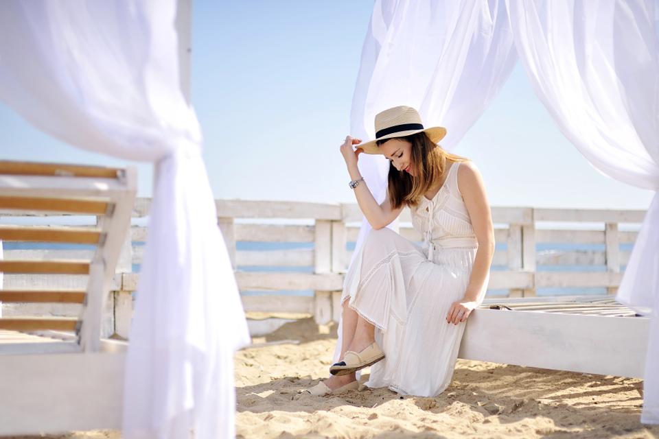 biała-sukienka-stylizacja-sesja-na-plaży
