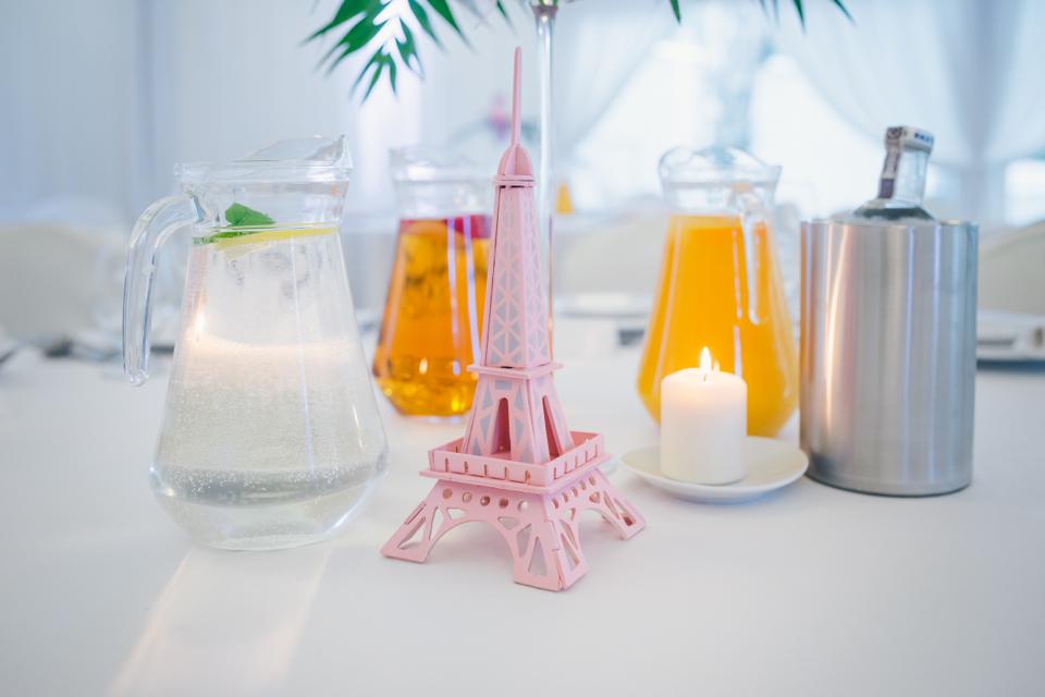 dekoracje-okrągłego-stołu-weselnego-pomysły