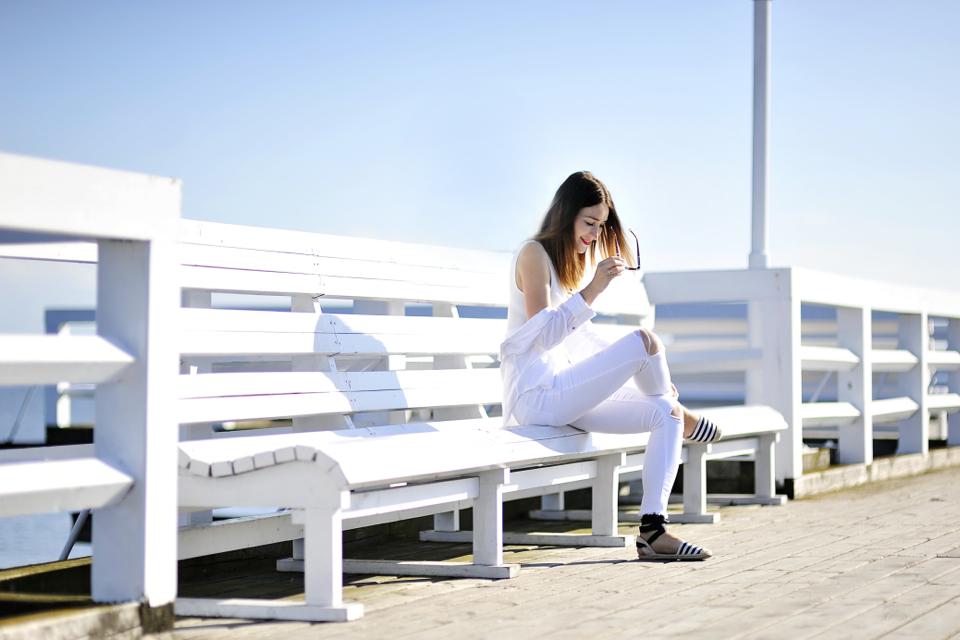 białe-spodnie-jak-nosić