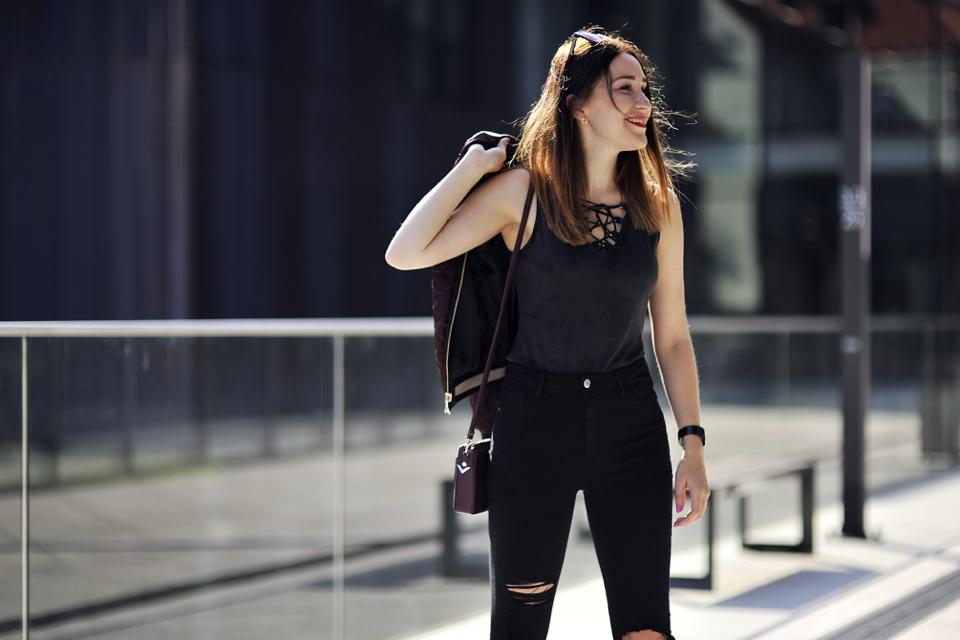 dziurawe-jeansy-jak-nosić