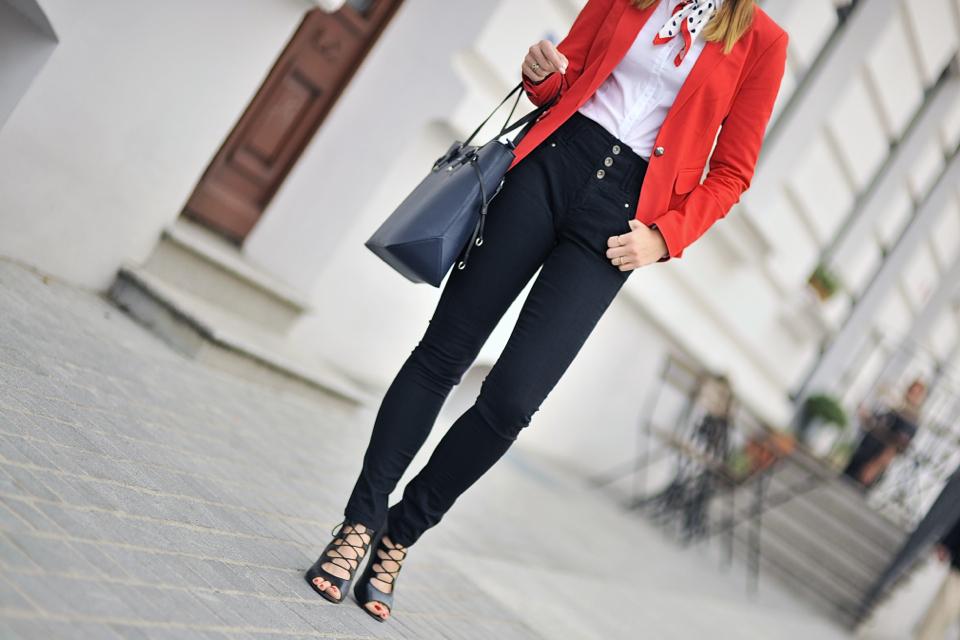 jeansy-z-wysokim-stanem-stylizacja