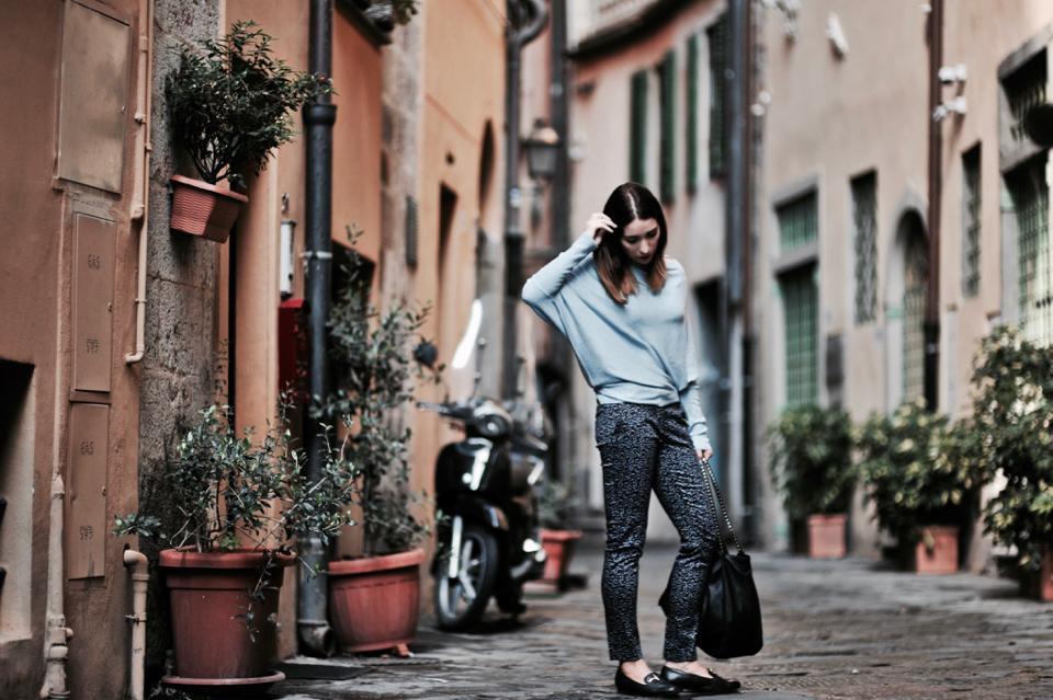 jak-nosić-wzorzyste-spodnie