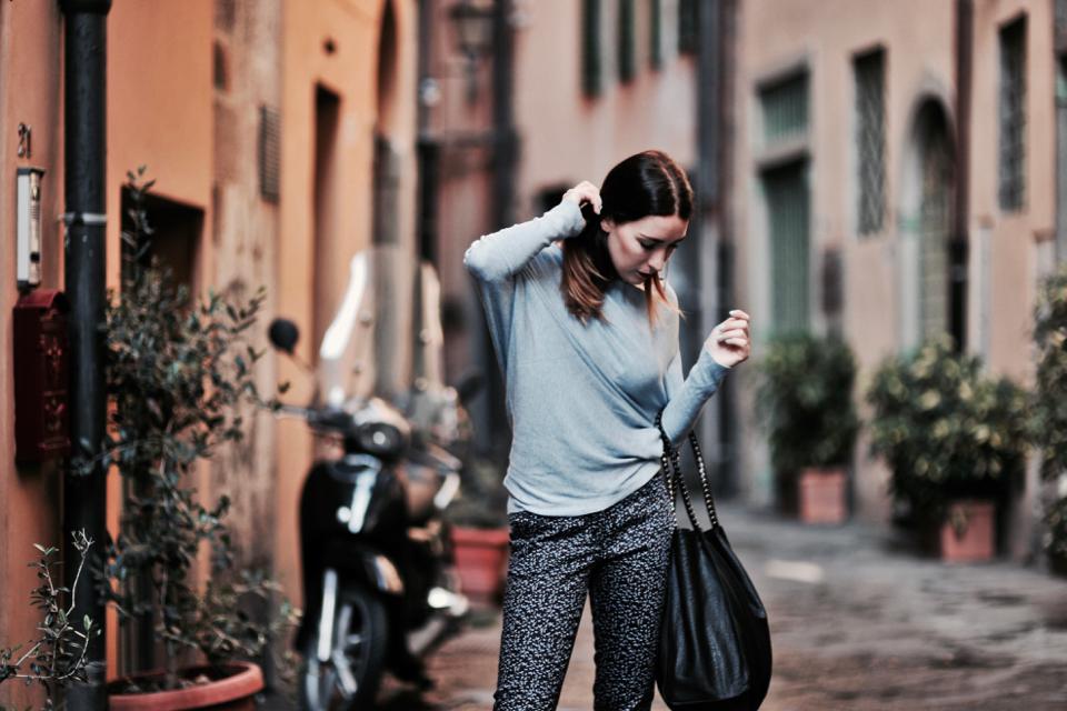 wzorzyste-spodnie-do-czego-nosić-jak-nosić