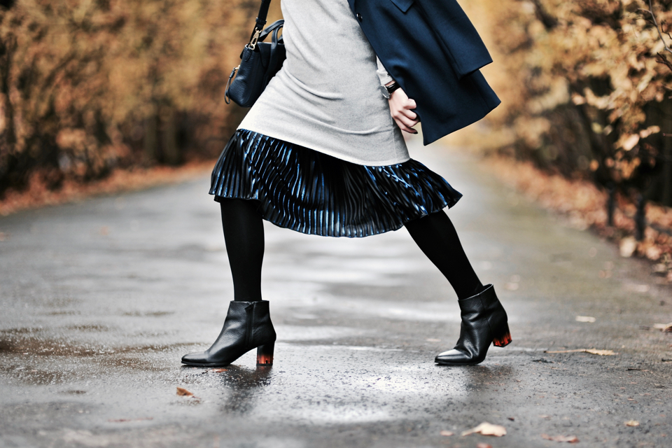 what blouse to wear with pleated skirt