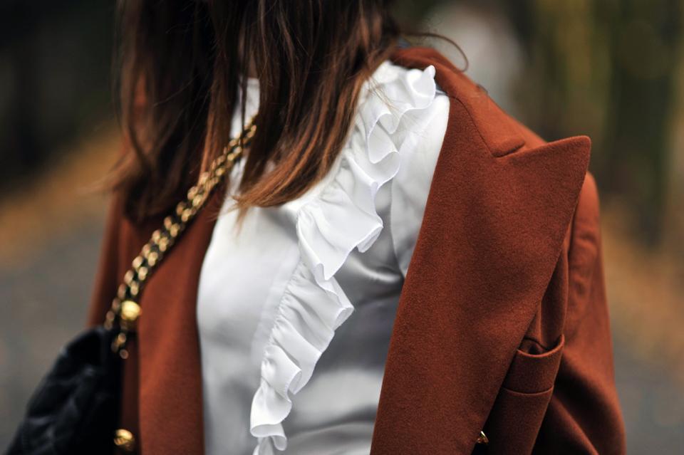 koszula-z-falbankami-do-czego-nosić-stylizacja