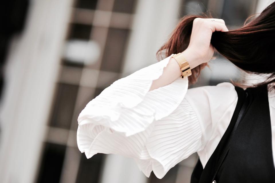 białe-rozszerzane-rękawy-koszula