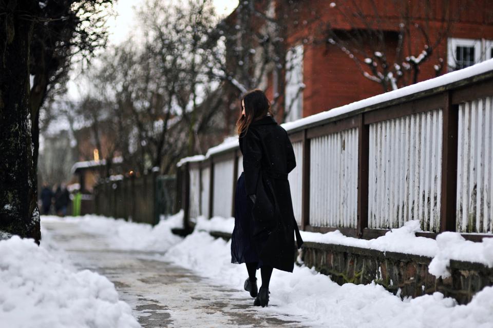 oversizowy-czarny-płaszcz-jakie-dodatki