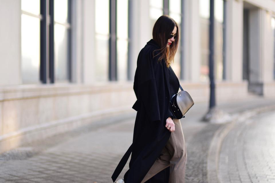 sportowe buty do eleganckich spodni stylizacja