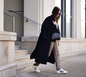 sportowe-buty-do-eleganckich-spodni-stylizacja