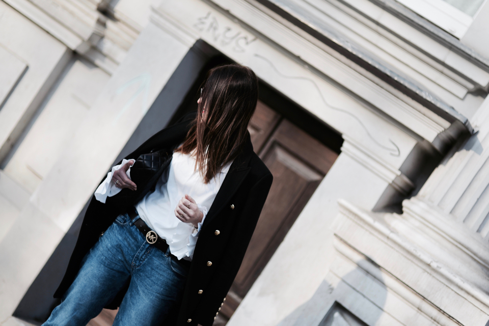 czarny płaszcz ze złotymi guzikami stylizacja