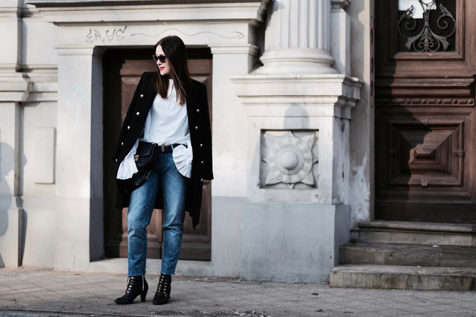 czarny-płaszcz-ze-złotymi-guzikami-do-czego-nosić