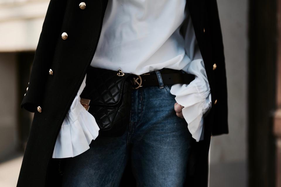 biała-koszula-z-falbaniastymi-rękawami-stylizacja
