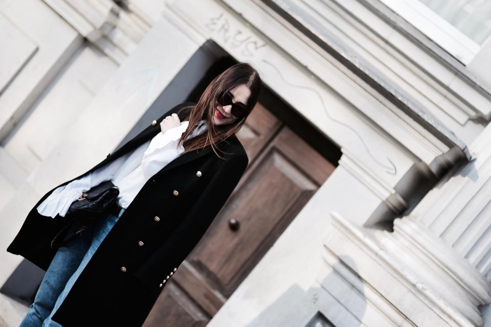 biała-koszula-z-falbanami-i-długimi-rękawami-stylizacja