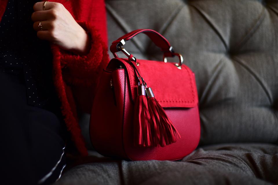 czerwona-torebka-do-czego-nosić