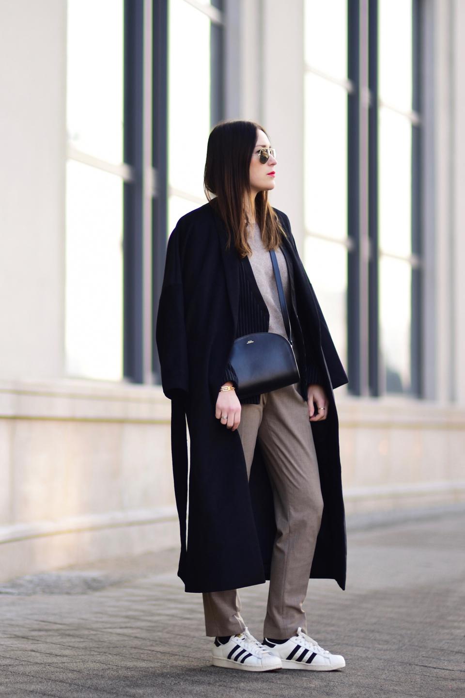 sportowe buty do eleganckich spodni stylizacja 1 Shiny
