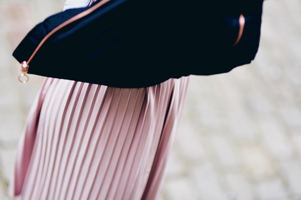 różowa-plisowana-spódnica-bomber-jacket-stylizacja
