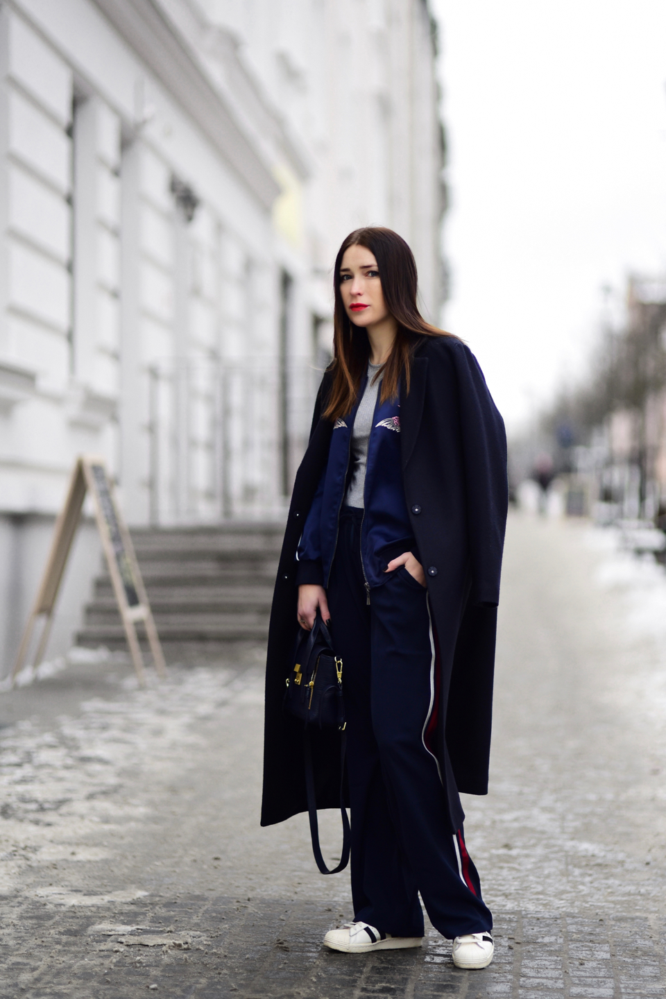 wide-leg-trousers-with-side-stripe-outfit-street-style