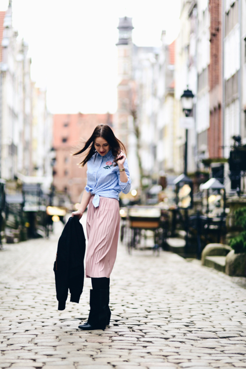 jak-nosić-koszulę-do-spódnicy-stylizacja