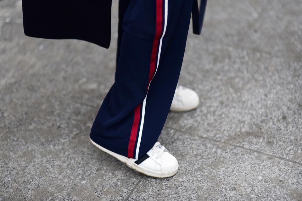 sportowe-spodnie-z-paskiem-z-boku-w-codziennej-stylizacji