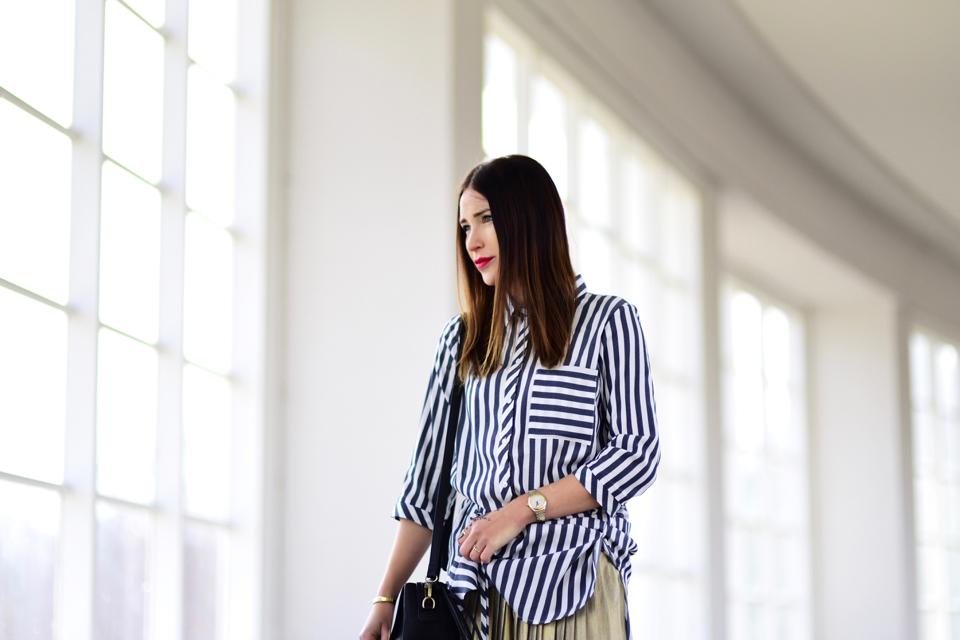 koszula-w-paski-w-minimalistycznej-stylizacji
