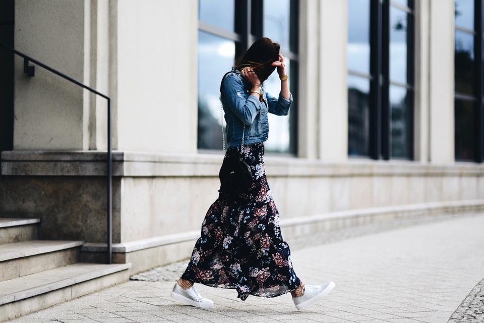 sukienka w kwiaty stylizacja