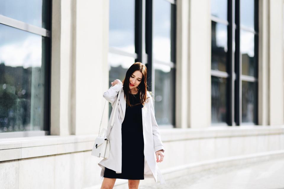 beżowy-trencz-do-sukienki-stylizacja-jak-nosić