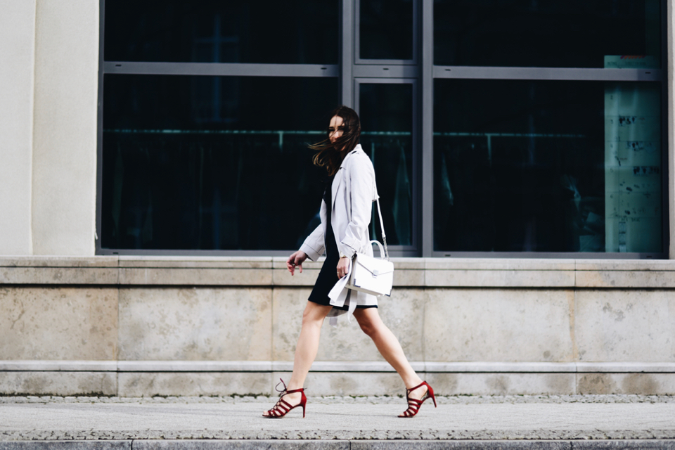beige-trench-coat-white-bag-navy-dress-street-style-fashion
