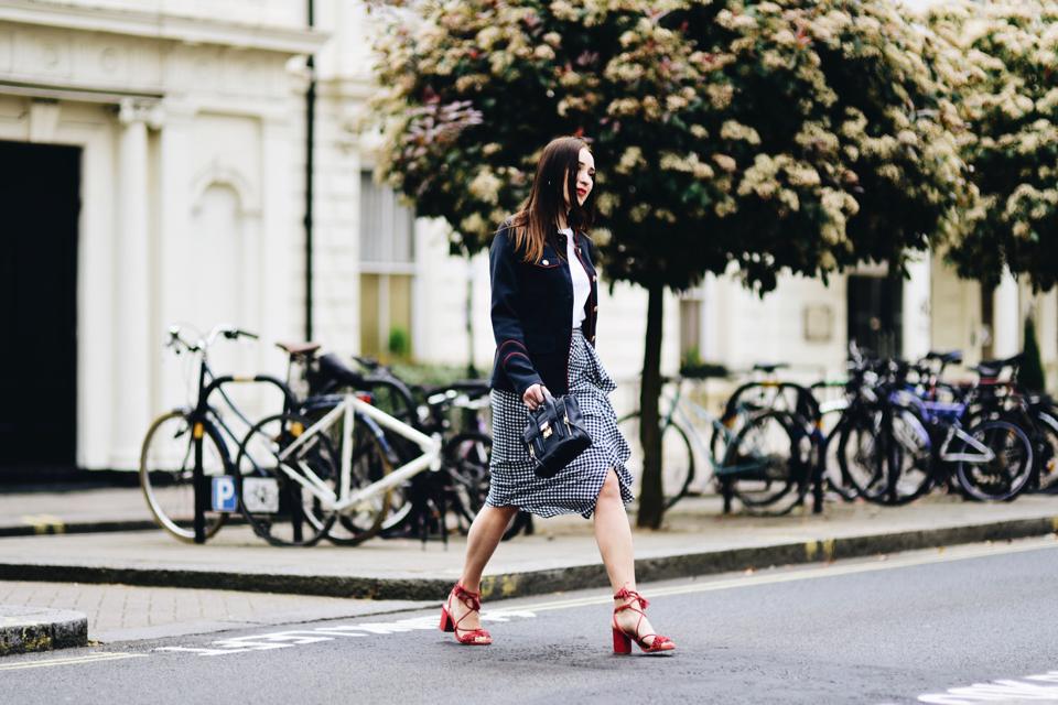 sandały-z-frędzlami-stylizacje-trend-street-style