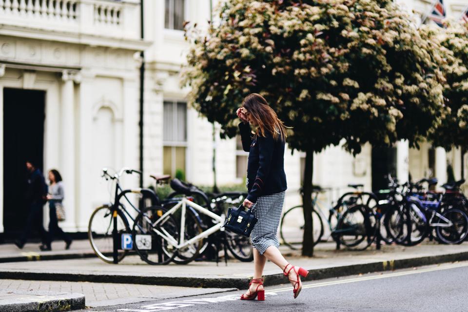 sandały z pomponami stylizacje trend street style
