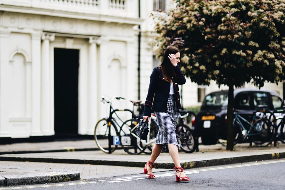 sandały-z-pomponami-stylizacje-trend-street-style