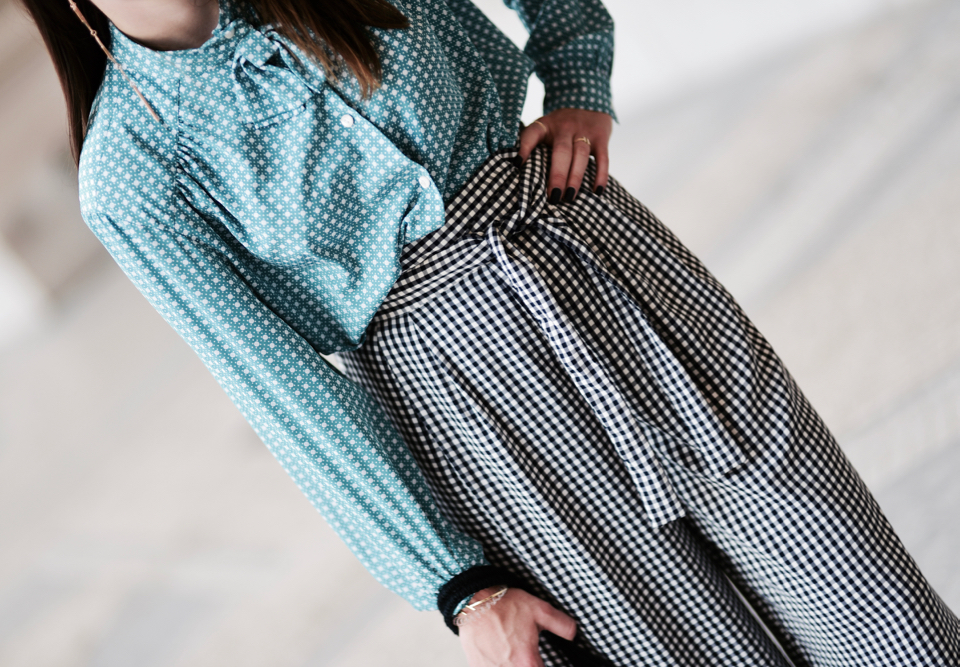 spodnie-i-bluzka-we-wzory-jak-nosić-jak-łączyć