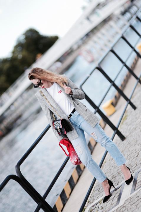 kraciasta-marynarka-t-shirt-jeansy-torebka-pinko-stylizacja-na-co-dzień