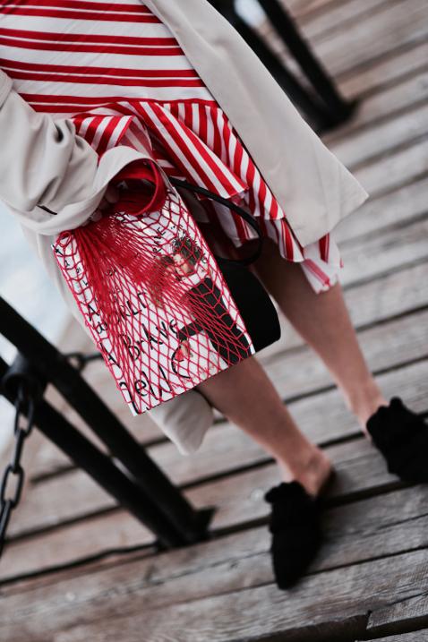 magazyn-vogue-w-plecionej-torbie-na-zakupy-klapki-do-spódnicy