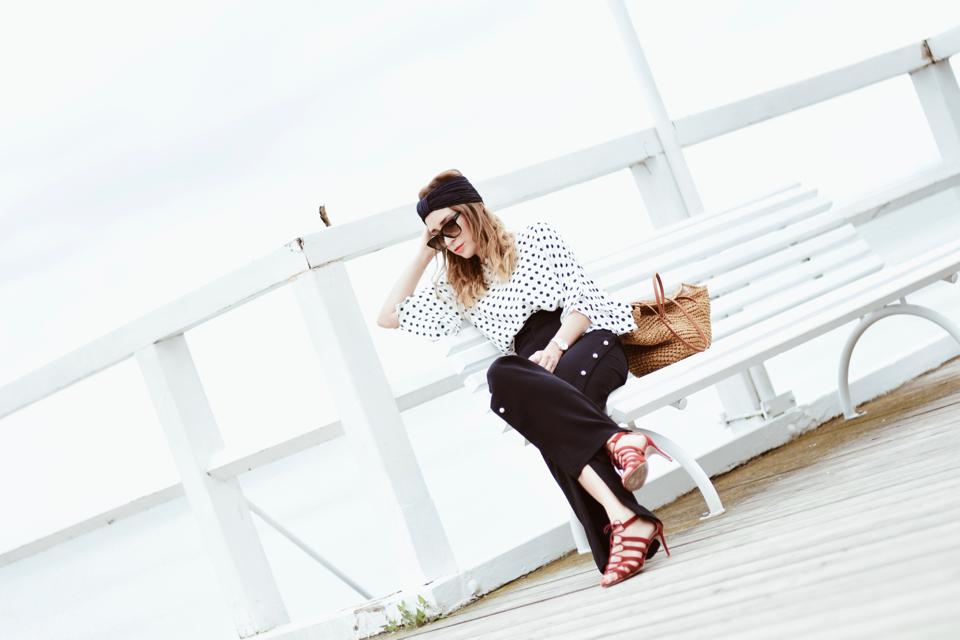spodnie-z-perłami-bluzka-w-groszki-torebka-koszyk-stylizacja
