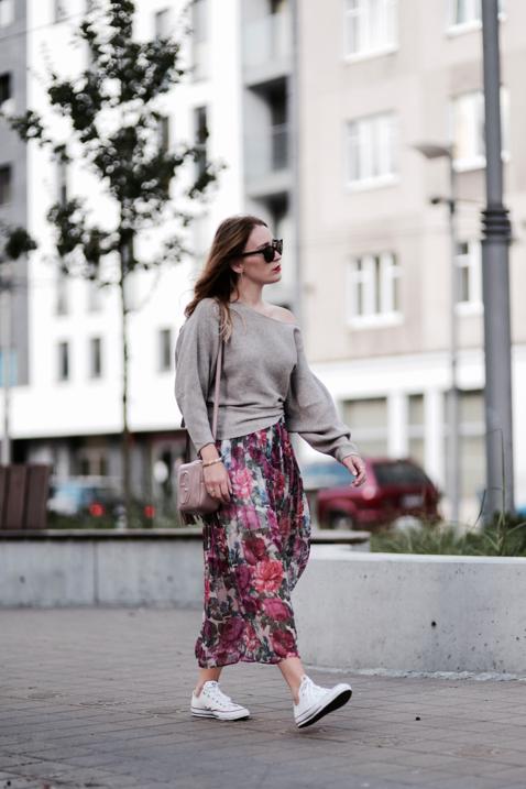 obszerny-sweter-i-plisowana-spódnica-w-kwiaty-stylizacja