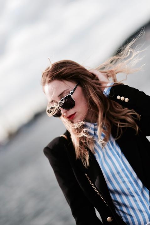 elegancka-stylizacja-jak-się-ubrać-do-pracy-koszula-w-paski