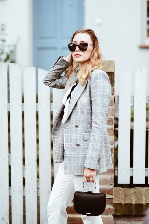 elegancka-stylizacja-z-białymi-spodniami