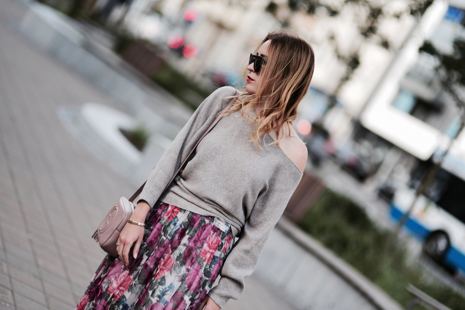 oversized-sweater-and-pleated-skirt-street-fashion-outfit