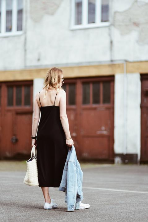 sukienka-na-ramiączkach-białe-trampki-torebka-koszyk-stylizacja