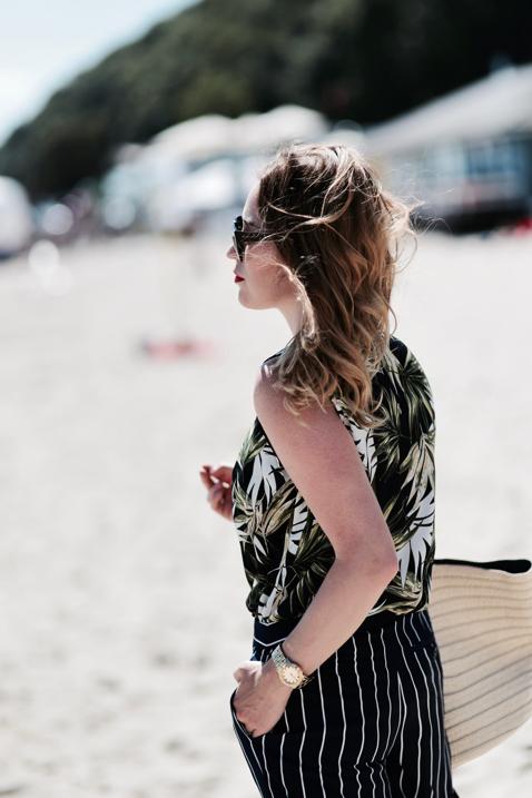 koszula-w-hawajskie-kwiaty-słomiany-plażowy-koszyk-stylizacja