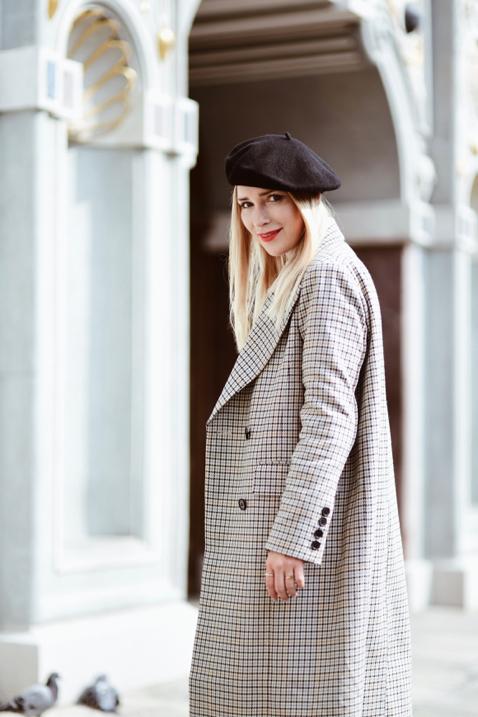 długi płaszcz w kratę stylizacja