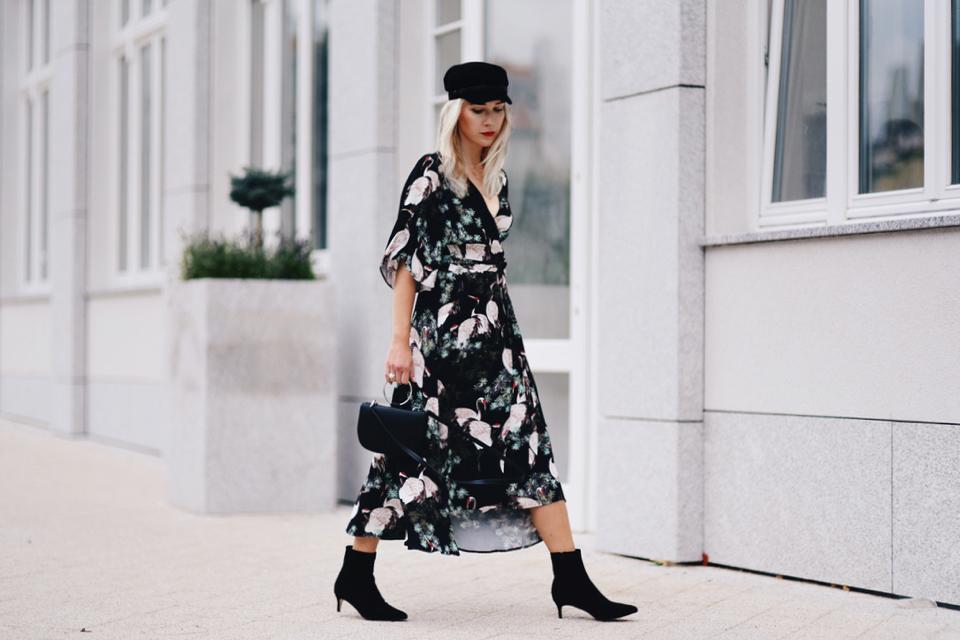 sukienka-kimono-kaszkiet-botki-na-niskim-obcasie-stylizacja