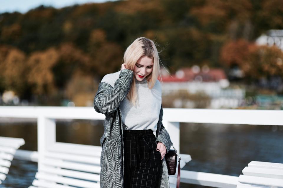 szary-sweter-do-czarnych-spodni-stylizacja