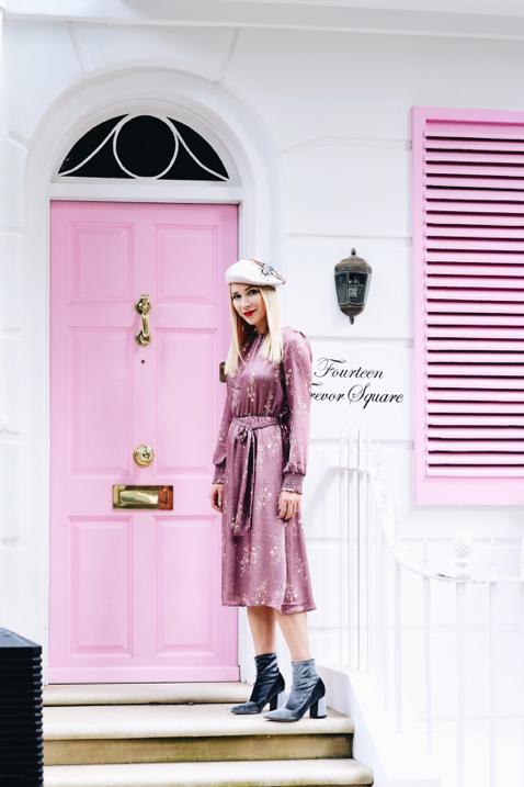 różowa-sukienka-do-czego-nosić-stylizacja