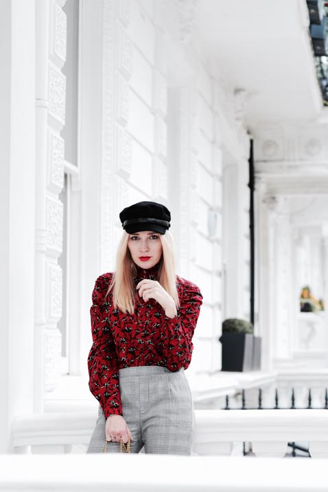 kaszkiet-czerwona-koszula-spodnie-w-kratę-stylizacja