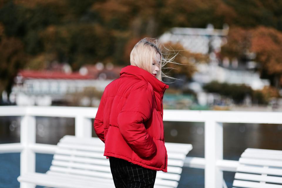 czerwona-puchowa-kurtka-jak-nosić-do-czego-nosić-stylizacje-stylizacja