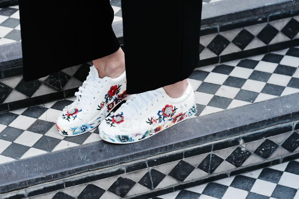 sportowe-buty-z-aplikacjami-jak-nosić-do-czego-nosić-stylizacja