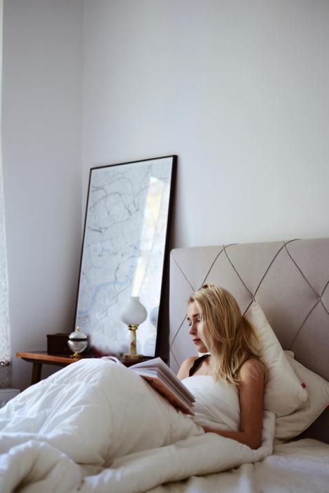 sypialnia-szare-łózko-białe-ściany